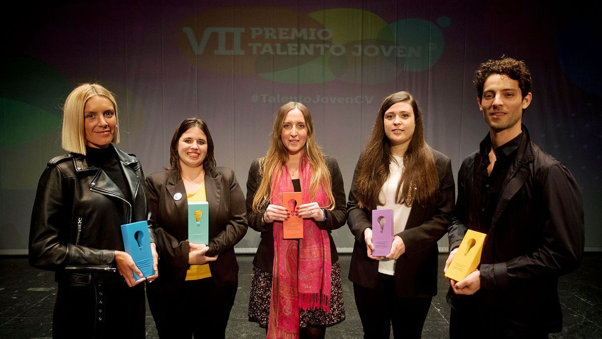 Las ganadoras y el ganador de la séptima edición de Talento Joven de la Comunitat Valenciana junto a sus galardones tras la entrega de premios.