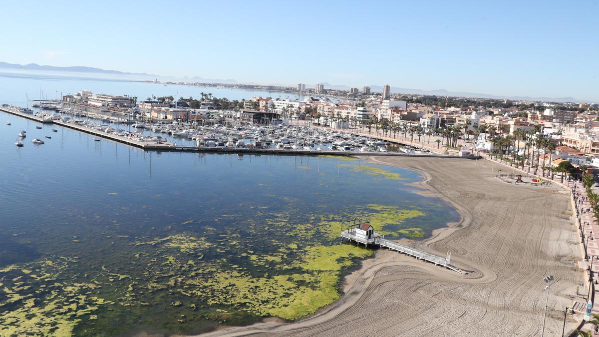 La Fiscalía demanda al Gobierno regional por lavarse las manos con los responsables de contaminar el Mar Menor