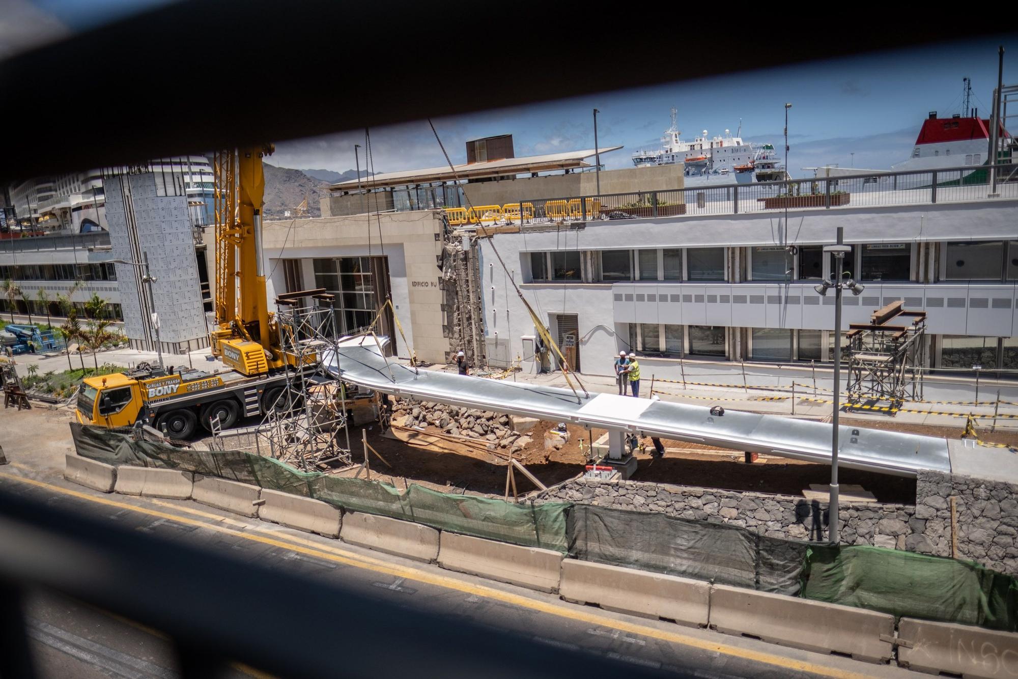 Colocación pasarela que une el renovado edificio puerto ciudad con Avenida de Anaga