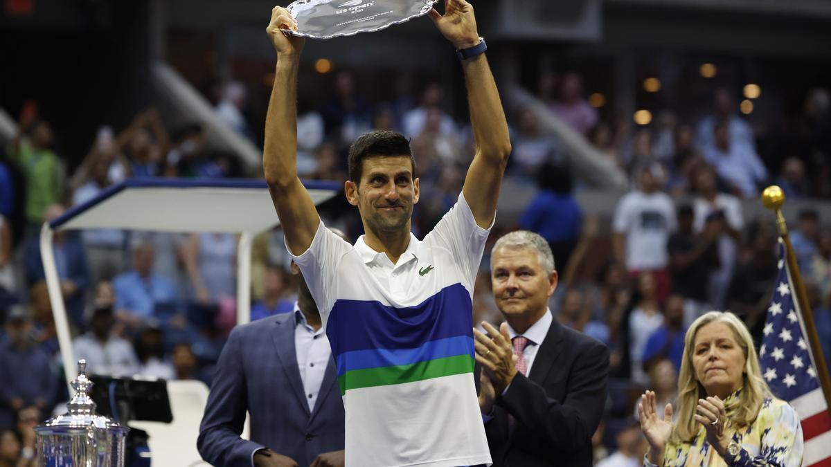 Djokovic sostiene el trofeo de finalista del US Open