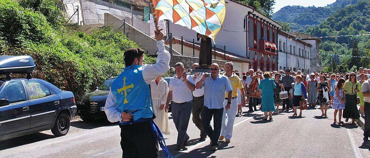 La procesión del Toréu del Santu, en Aller. | L. Camporro