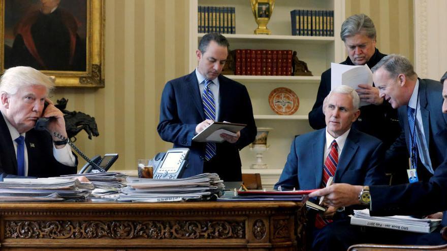 Trump cierra su mandato con el indulto de su exasesor Steven Bannon