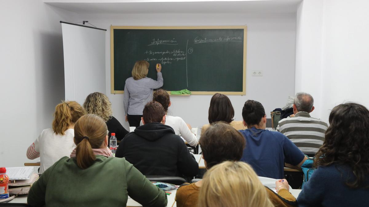 Opositores preparándose en academia.
