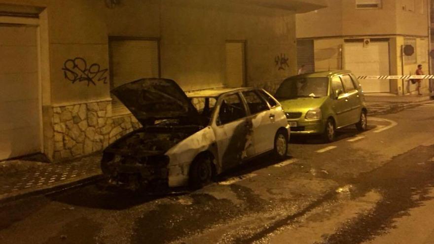 Desalojan un edificio de dos plantas en Santa Pola por el incendio de un coche