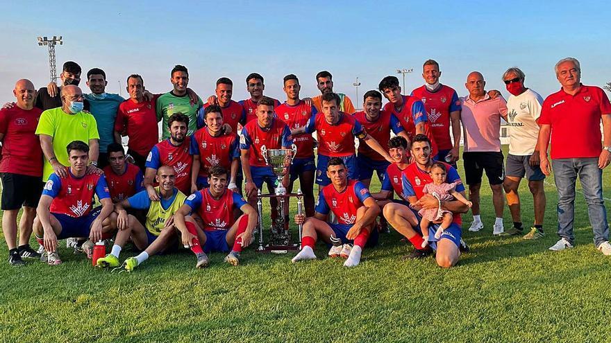 El CD Benavente alza su trofeo en el Luciano Rubio