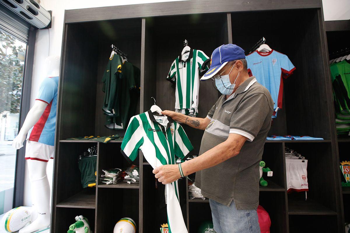 Las imágenes del primer día de venta de camisetas del Córdoba CF