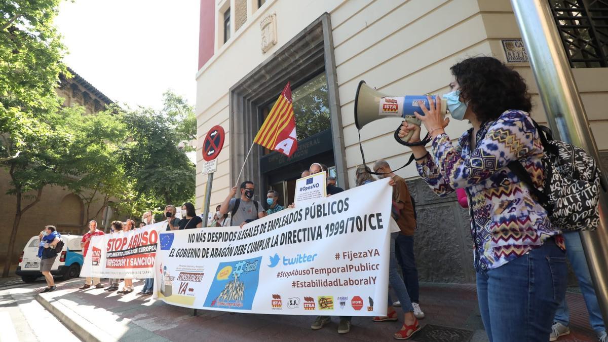 Protesta de los interinos frente al Departamento de Hacienda del Gobierno de Aragón