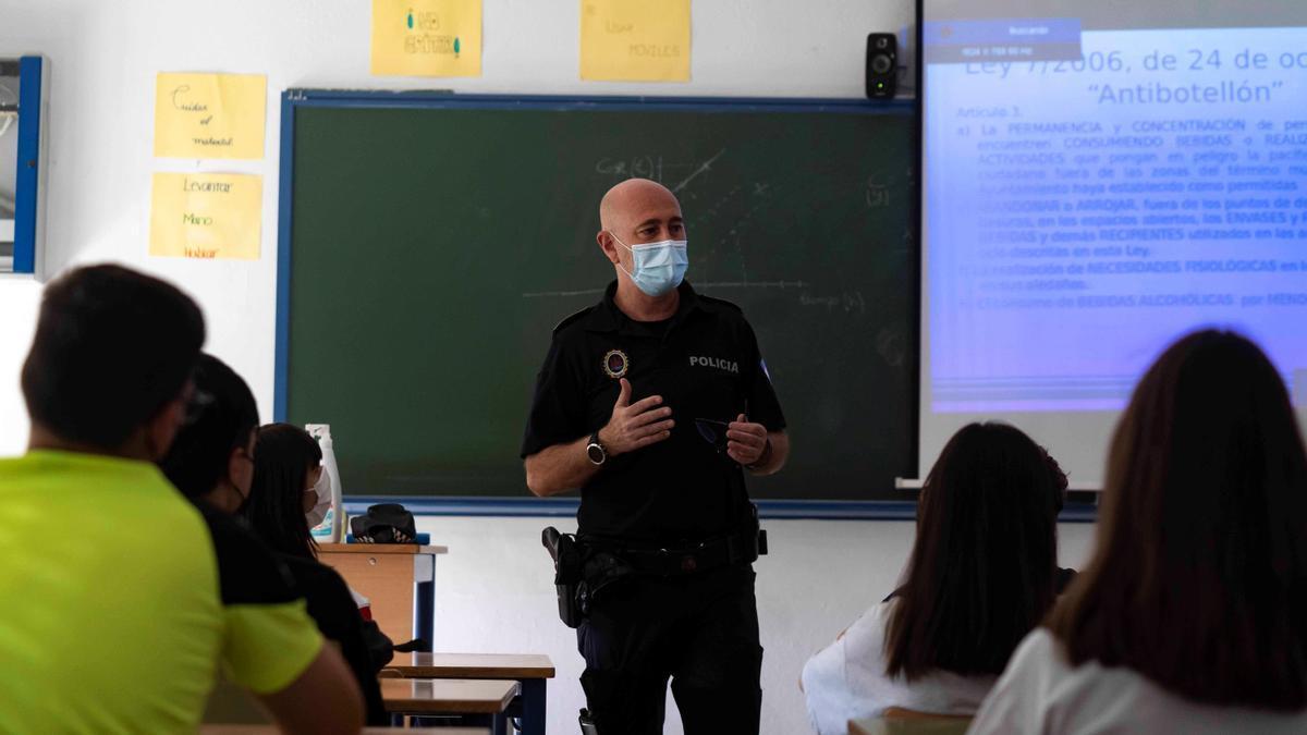 El agente tutor de la Policía Local de Córdoba Jesús Macías da un charla.