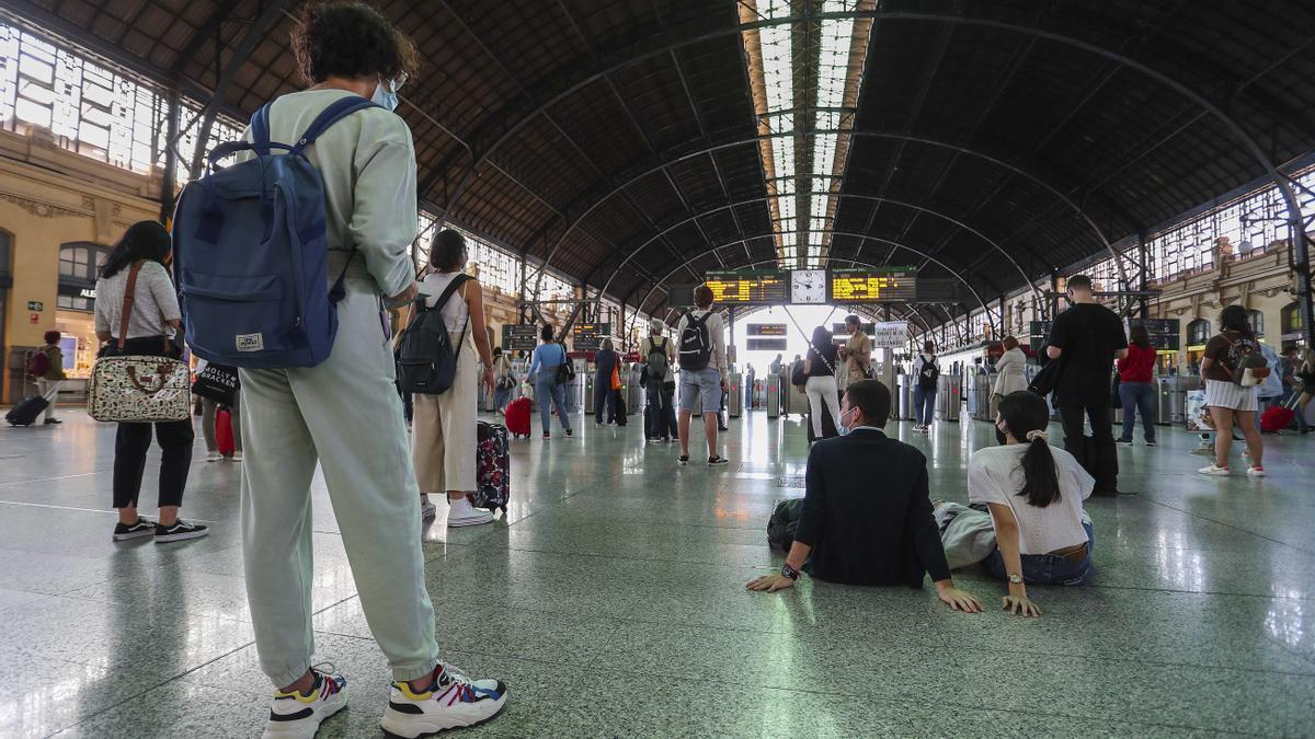 Varias personas esperan en la Estación del Norte de València en la última jornada de huelga de maquinistas.