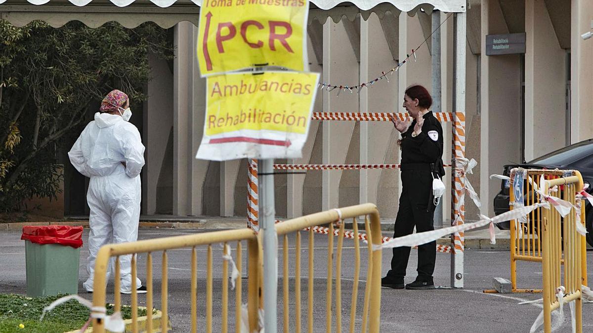 La reducción de los contagios hace caer las pruebas PCR. En la imagen, el hospital de Sagunt. | DANI TORTAJADA