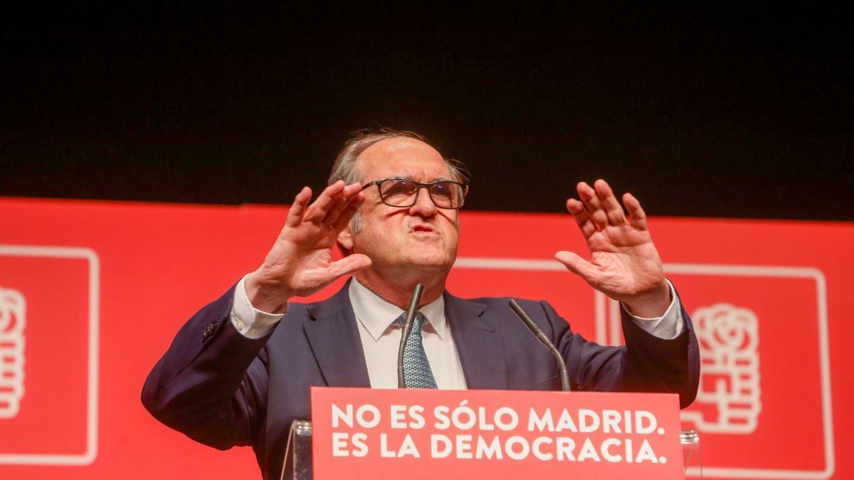 El candidato socialista el 4-M, Ángel Gabilondo, durante un acto de campaña en Leganés