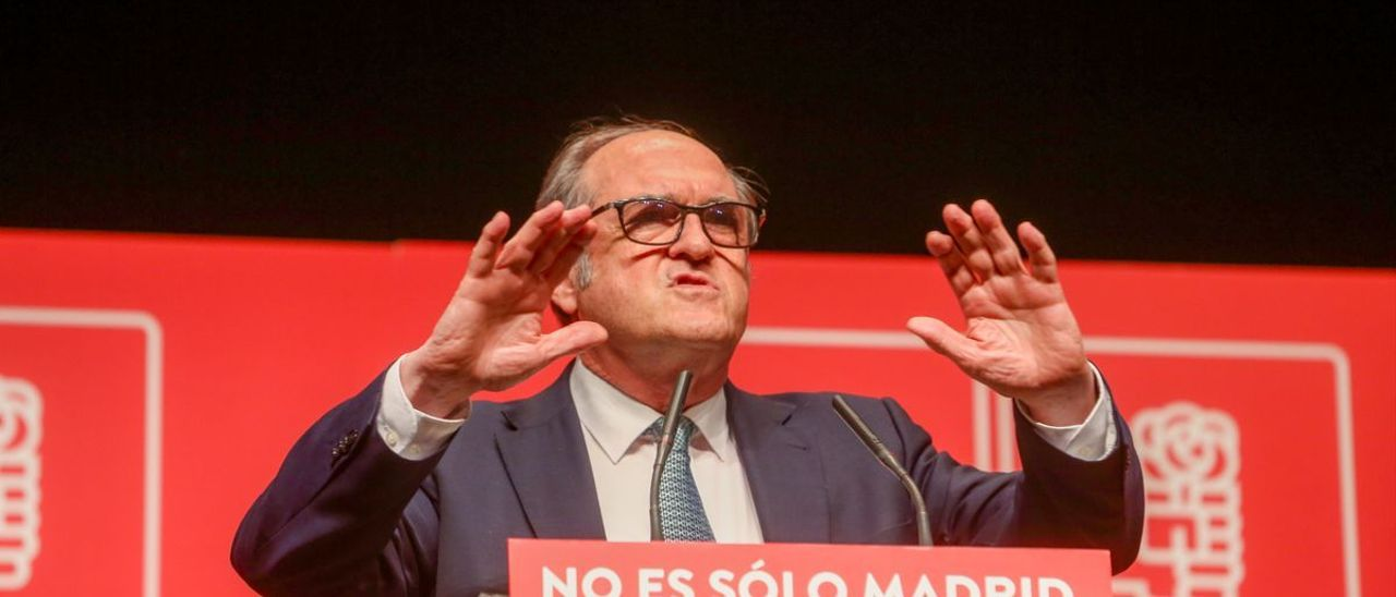 El candidato socialista el 4-M, Ángel Gabilondo, durante un acto de campaña en Leganés.