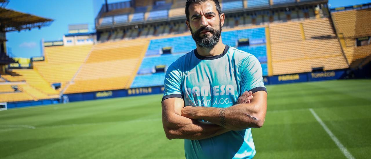Raúl Albiol atiende a Mediterráneo en el Estadio de la Cerámica.