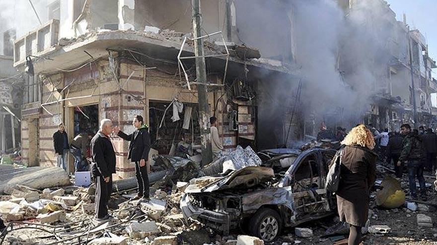 Centenares de civiles y combatientes heridos son evacuados de ciudades asediadas en Siria