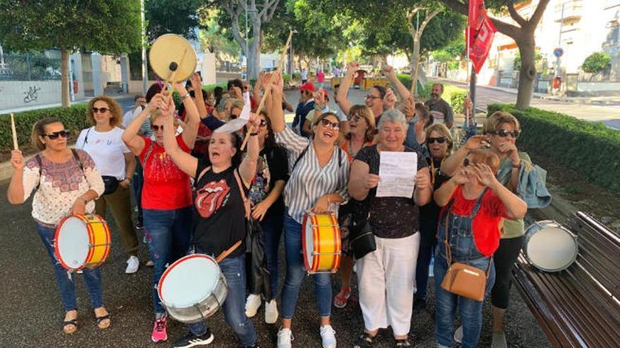 350 trabajadoras, hartas tras seis meses sin cobrar