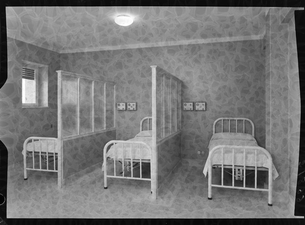 Habitaci�n con varias camas separadas por paneles.jpg