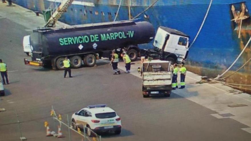 Un camión de recogida de residuos, a punto de caer al mar en el Puerto de Las Palmas