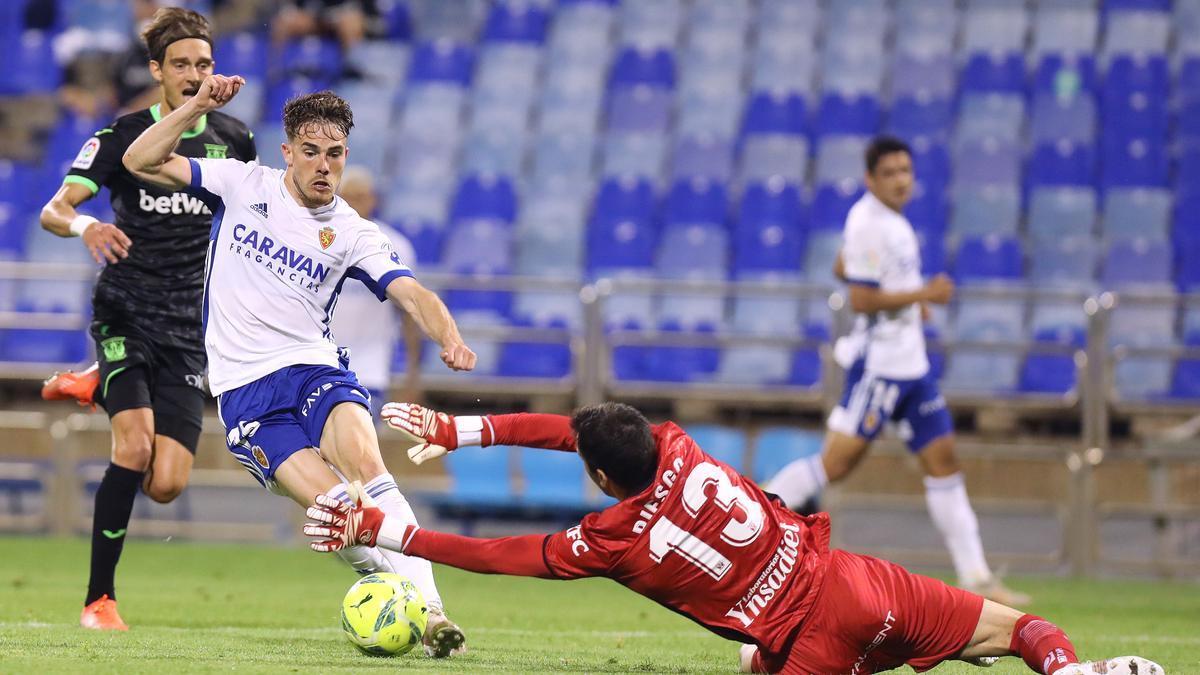 Chavarría intenta regatear al portero del Leganés en la última jornada de la pasada temporada.