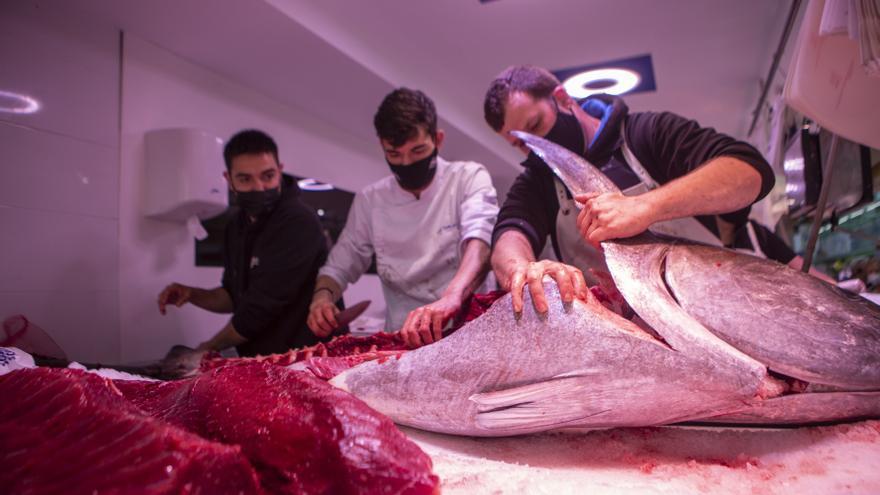 Un atún rojo de almadraba de 150 kilos, protagonista en el mercado del Fontán