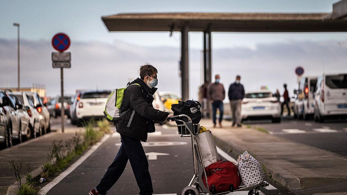 Una mujer se dispone a entrar en el aeropuerto del Norte de Tenerife.