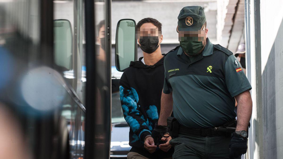 Uno de los tres detenidos en prisión por el crimen de Samuel Luiz, hoy a su salida del juzgado de A Coruña antes de volver a la cárcel.