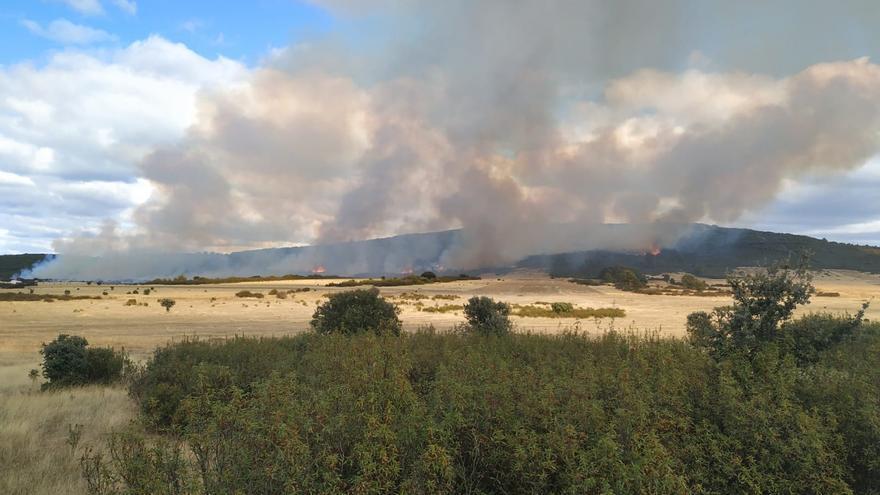 Un incendio en Aliste obliga a movilizar medios aéreos y terrestres