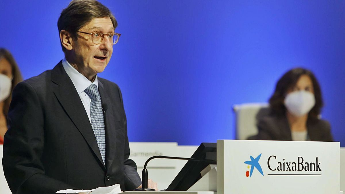 José Ignacio Goirigolzarri, durante su intervención en la junta general de accionistas de CaixaBank celebrada ayer en València.   M.A. MONTESINOS
