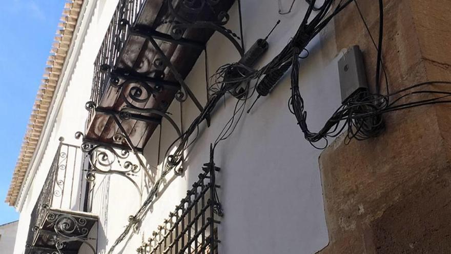 Un palacio tomado por los cables eléctricos