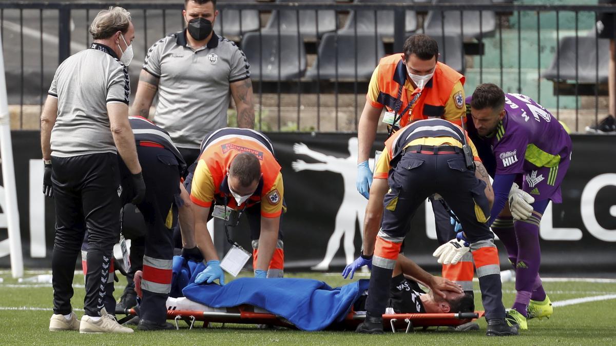 Jorge Fernández fue retirado en camilla del césped de Castalia en el partido ante la Ponferradina.
