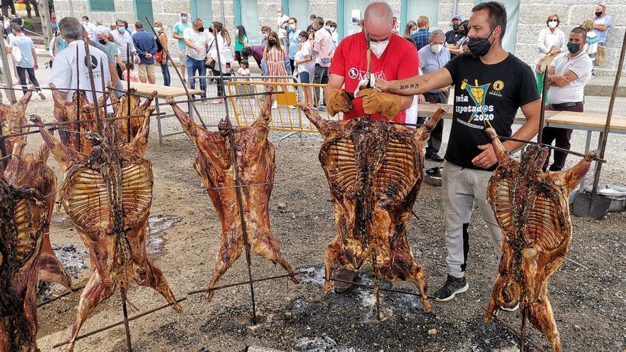 Moraña atrae a muchos visitantes a la Festa do Carneiro ó Espeto que se celebra entre medidas COVID