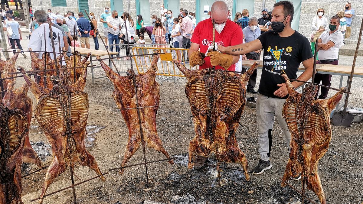 "Un momento del asado de los ""carneiros"" de Moraña"