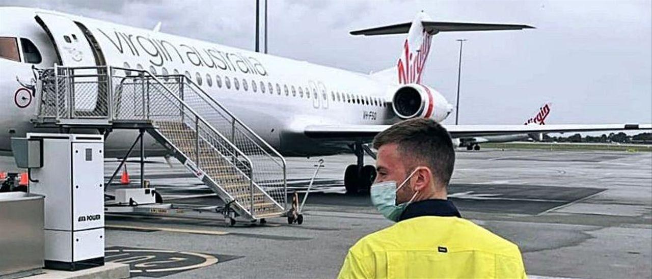 Expósito embarcando en el avión que le lleva a Gold Fields, en el desierto