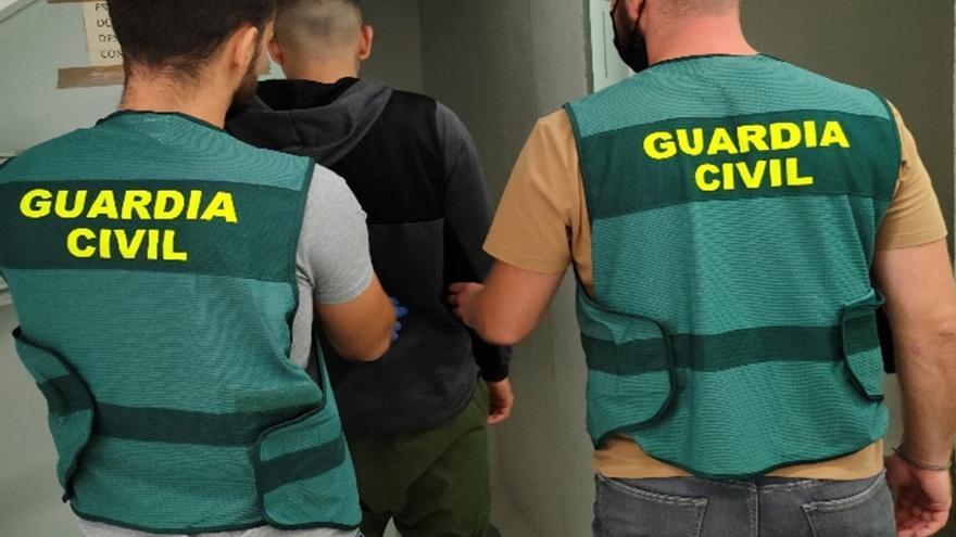 La Guardia Civil detiene a un joven por robar armado con un cuchillo en comercios de Ibiza