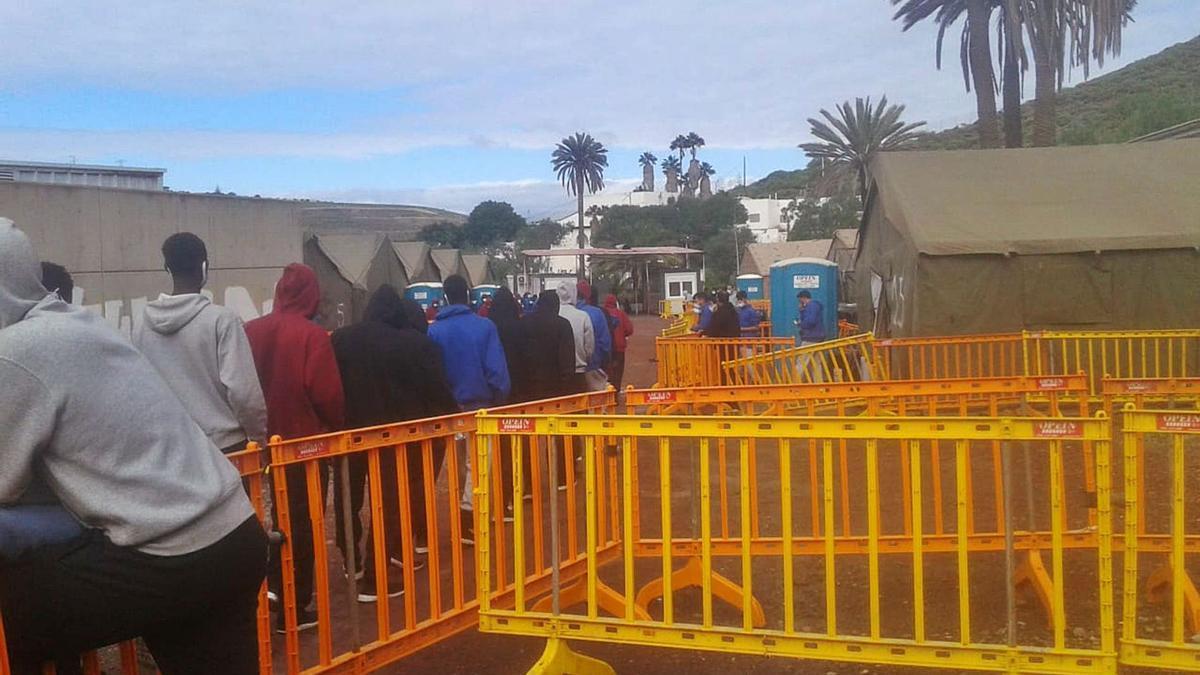 Migrantes en el campamento de Barranco Seco, en Las Palmas de Gran Canaria. | | LP/DLP
