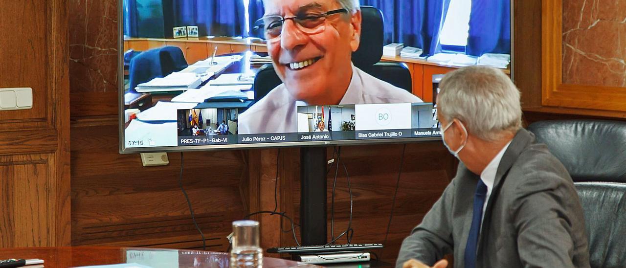 El consejero de Presidencia y Función Pública, Julio Pérez, sigue el Consejo de Gobierno por videoconferencia. | | MAURICIO DEL POZO/ ACFI PRESS