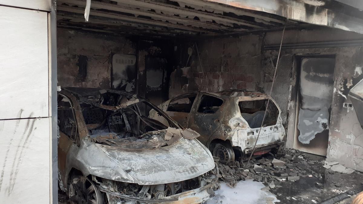 Un incendio originado en un domicilio de Oleiros calcina un garaje y dos vehículos