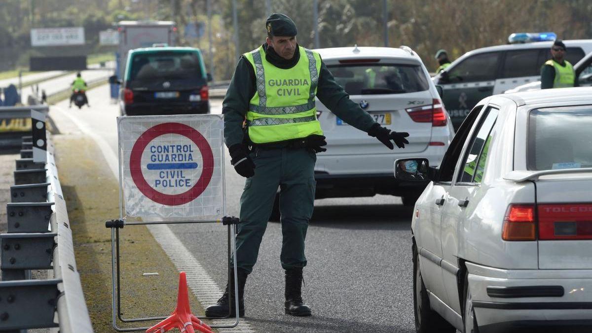 Un Guardia Civil en el control de la frontera entre España y Portugal.
