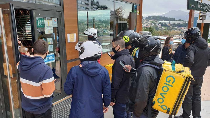 El bum de los repartidores se extiende en Galicia bajo la sombra de falsos autónomos