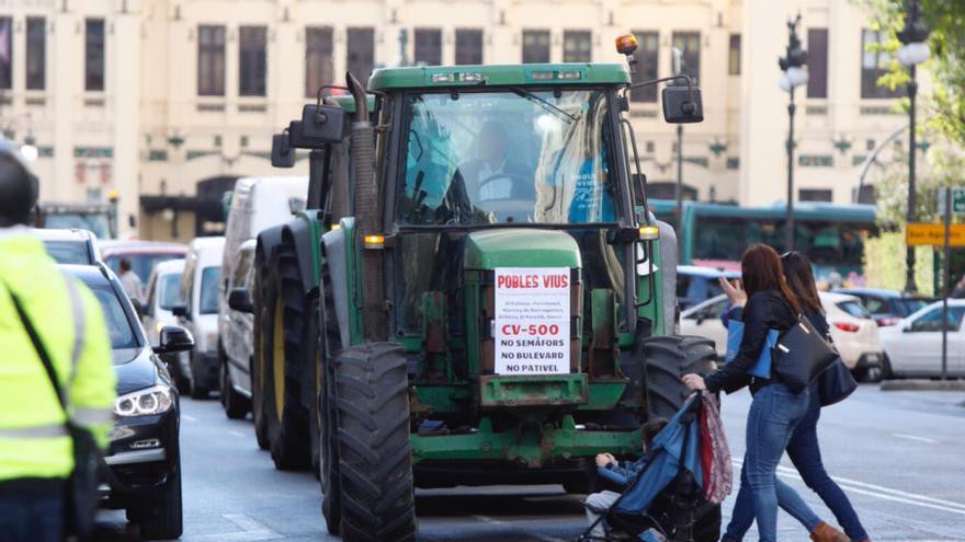 La protesta con tractores por las medidas de pacificación de la CV-500 llega a la ciudad