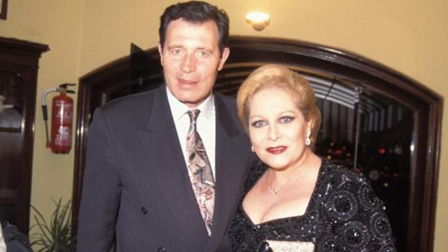 El viudo de Concha Márquez Piquer pierde el móvil en el féretro de su mujer