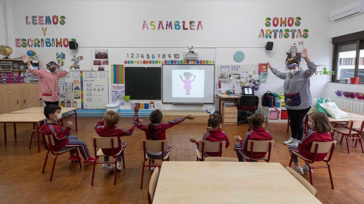 Niños en el aula de un colegio.