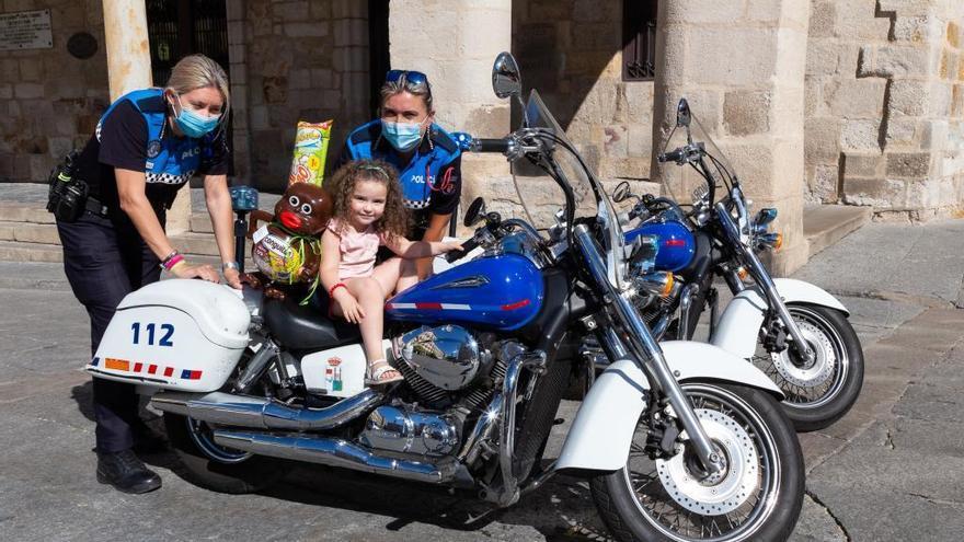 La pequeña Adriana devuelve la visita a la Policía Municipal