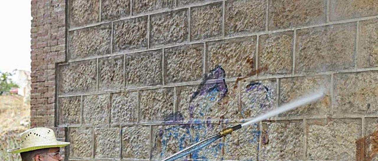 Un trabajador de la brigada limpia el puente. | A.P.