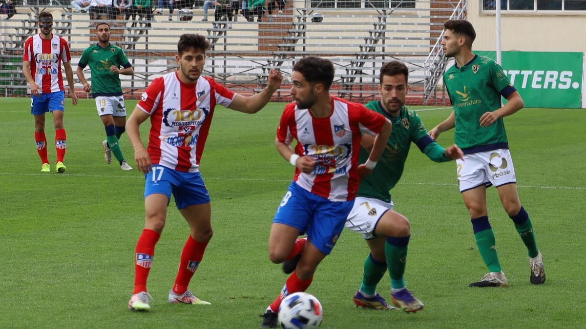 El serón David Moreno presiona a un jugador del Navalcarnero.