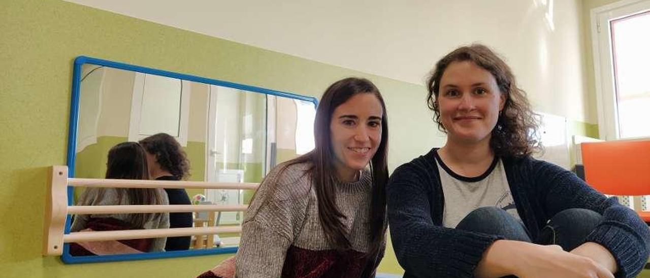 Alba Fernández, educadora, y Celina Valle, en la escuela, en Grullos.