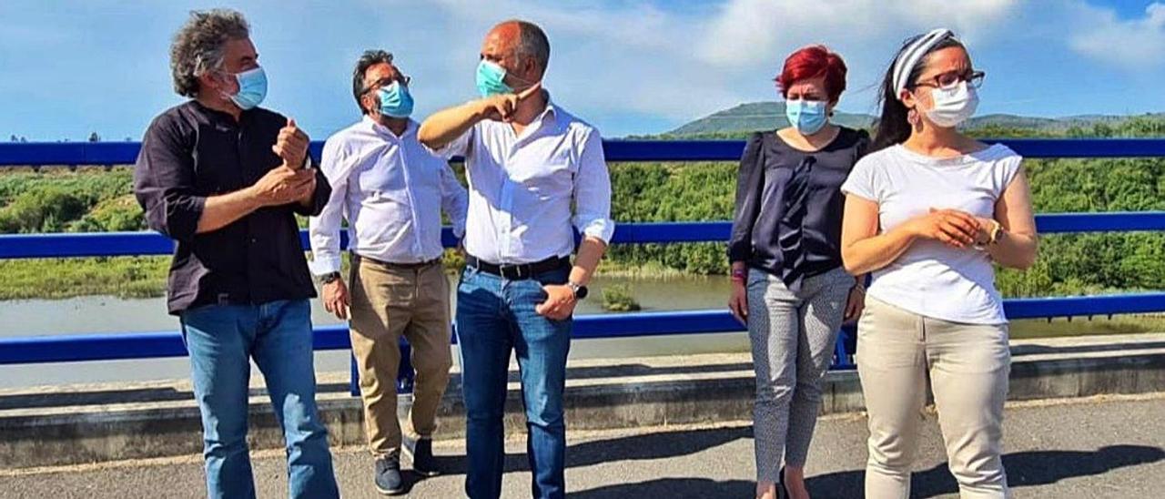 Xosé Rodríguez Méndez y otros ediles con David Regades (centro) en una reciente visita a la Plisan. |   // D.P.