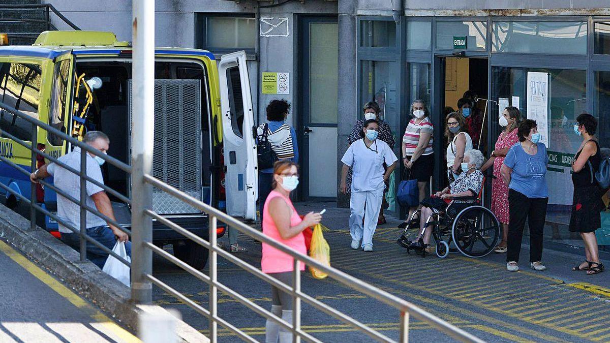 Pacientes, esta semana, en la entrada de Urgencias de Montecelo.