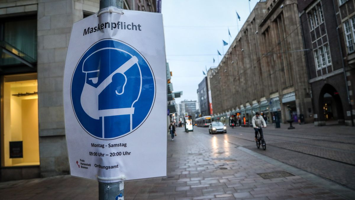 Un cartel que recuerda el uso obligatorio de mascarilla en Alemania