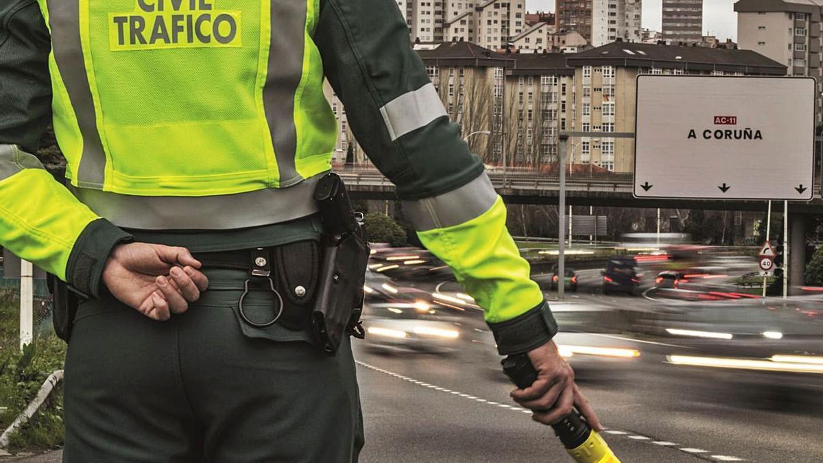 Un agente durante los controles realizados esta Semana Santa en las carreteras gallegas. |   // G. C.