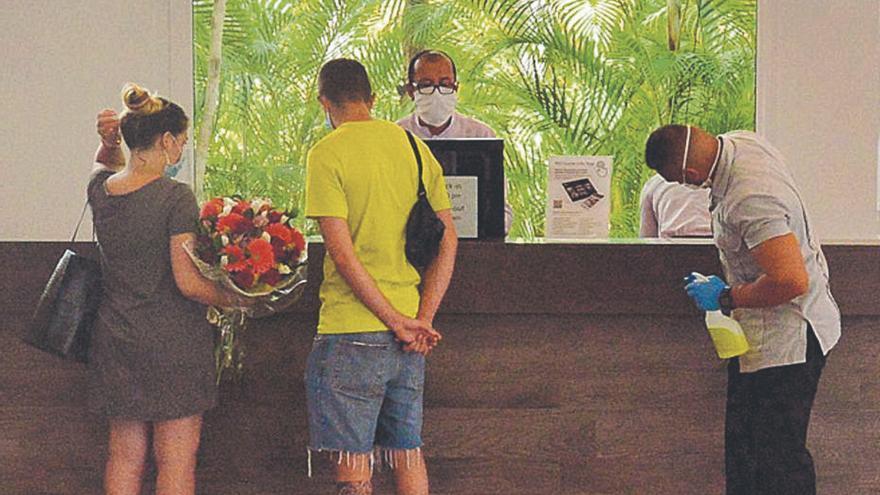 Las grandes hoteleras se suman a las 792 firmas adheridas al bono turístico